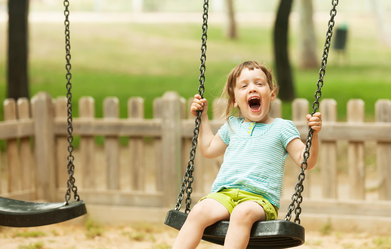 Enfant sur une balancoire extérieur