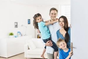 Famille dans une porte